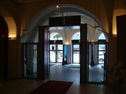 Вход-выход из кинотеатра