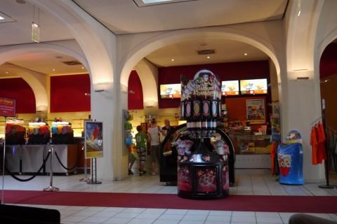 В фойе кинотеатра Германии (Любек)