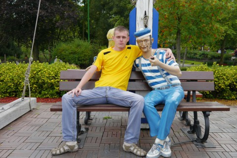 Моряк-статуя в Hansa Park - позади русалки