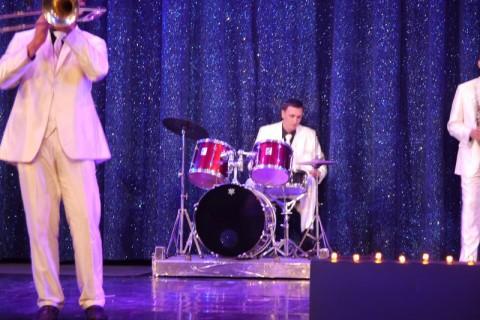 А барабанщик тем временем офигенно барабанит