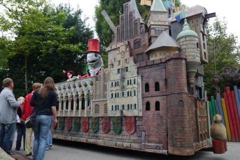 Замок и какие-то звери в шляпах