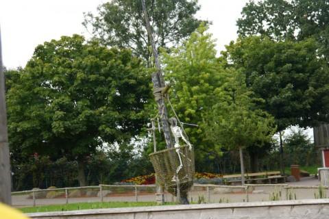 Скелет какой-то на дереве