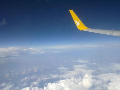 На пути к аэропорту Стамбула. Фото облаков, неба и крыла самолёта.